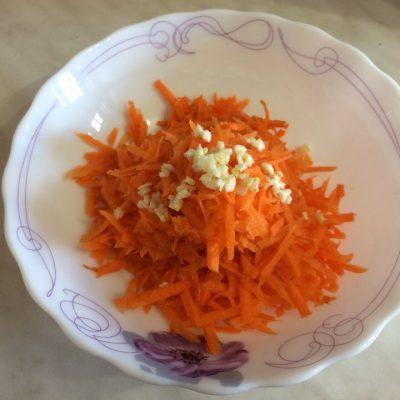 Фото рецепта - Салат из моркови с яйцом и сыром - шаг 2