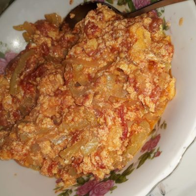 Яичница с помидорами - рецепт с фото