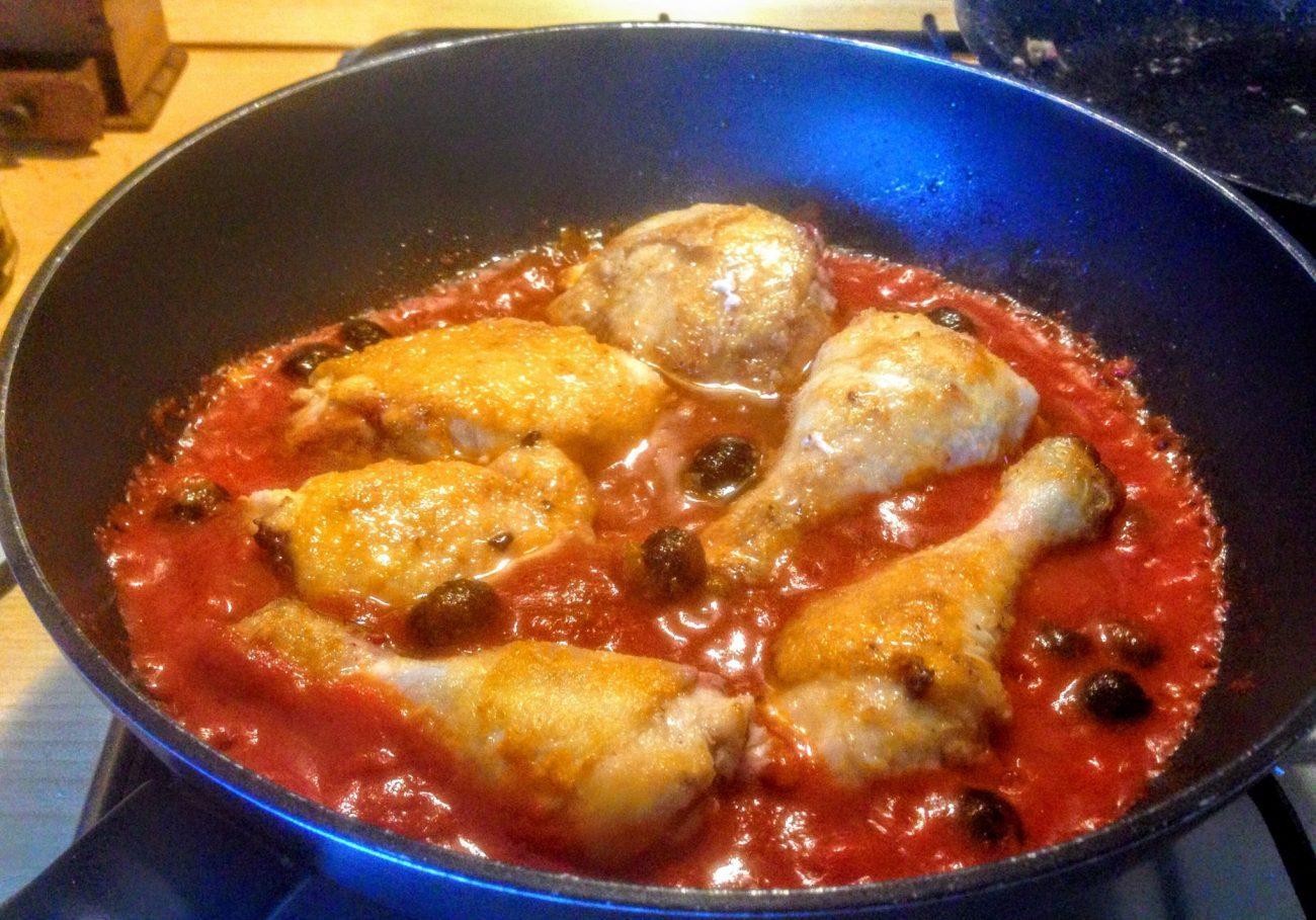 Жареная курица в томате с маслинами