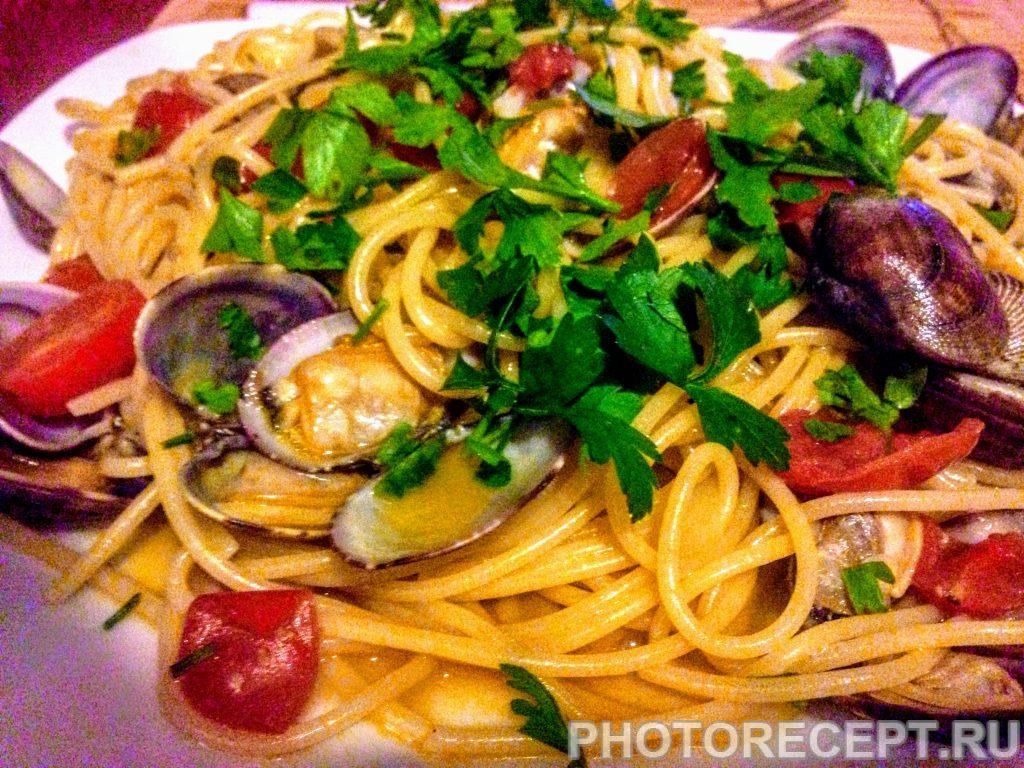 Фото рецепта - Паста с ракушками и томатами вонголе - шаг 10