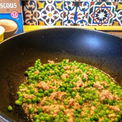Фото рецепта - Кускус с тунцом и горошком по-арабски - шаг 4