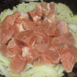 Фото рецепта - Перловая каша с мясным соусом и вялеными томатами - шаг 4