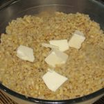 Фото рецепта - Перловая каша с мясным соусом и вялеными томатами - шаг 5
