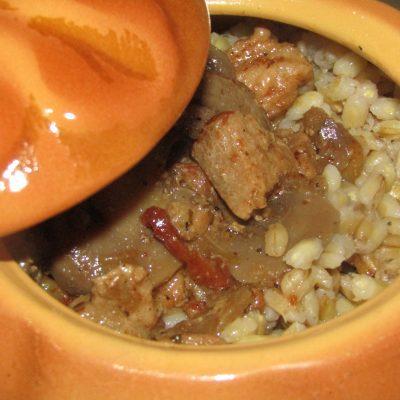 Фото рецепта - Перловая каша с мясным соусом и вялеными томатами - шаг 6