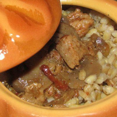 Перловая каша с мясным соусом и вялеными томатами - рецепт с фото