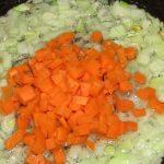 Фото рецепта - Гороховый суп с копчеными сосисками - шаг 4