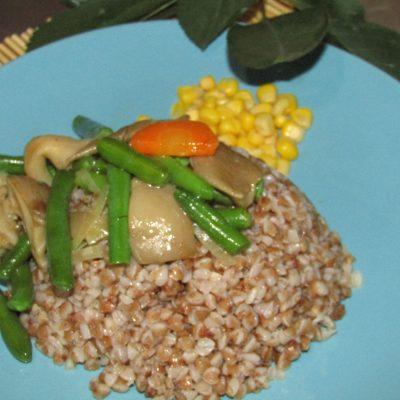 Гречка с грибами и зеленой фасолью - рецепт с фото