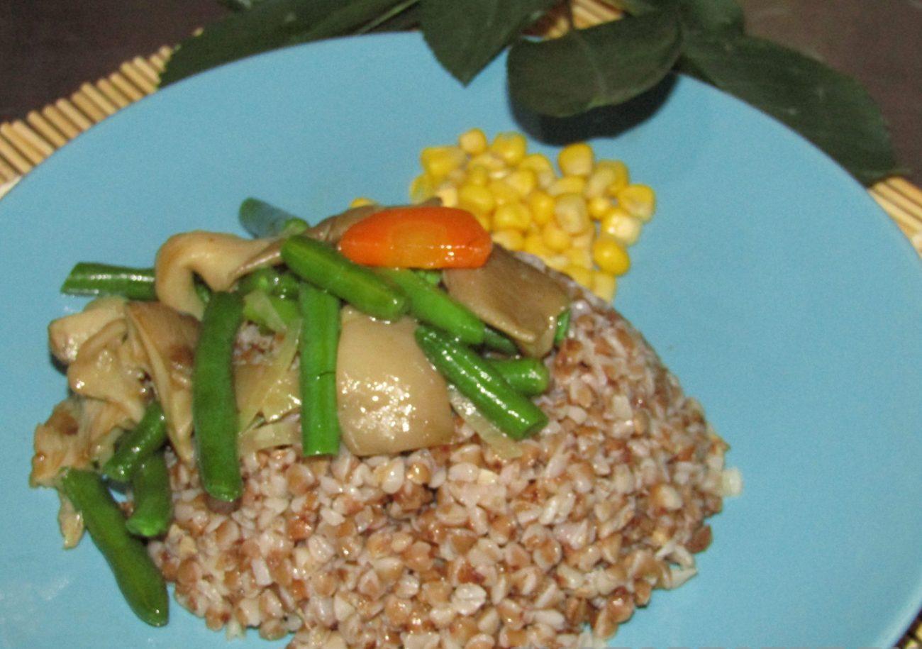 Гречка с грибами и зеленой фасолью