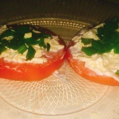 Закуска на помидорах с сыром - рецепт с фото