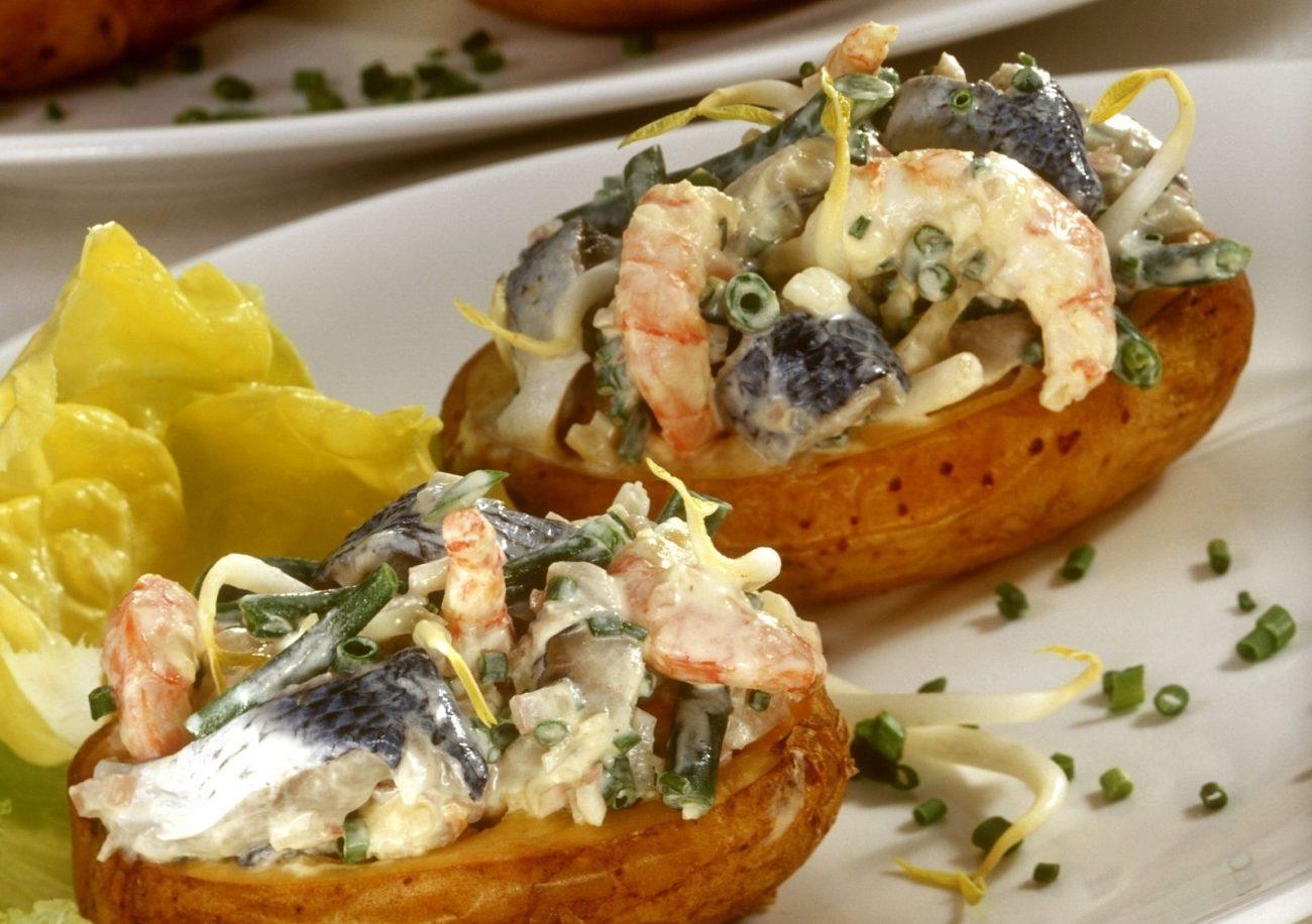 Ароматная картошечка с креветками и селедкой