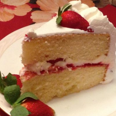 Бисквитный торт на сгущенке с клубникой - рецепт с фото