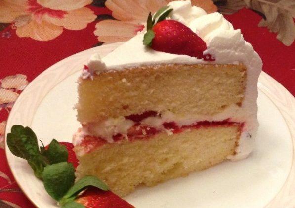 Бисквитный торт на сгущенке с клубникой
