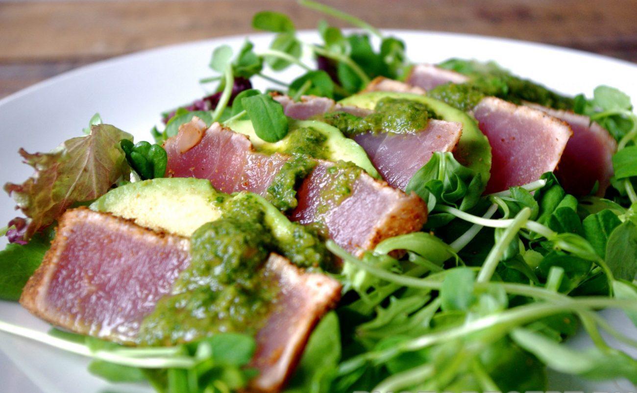 Диетический салат с тунцом и соусом песто