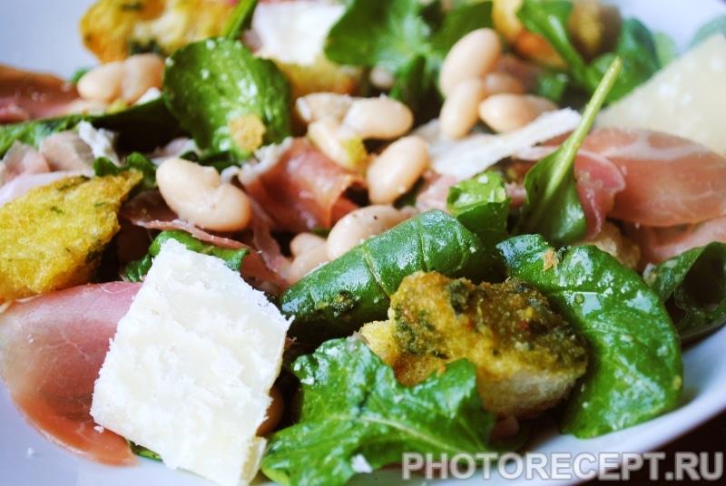 Фасолевый салат с прошутто, сыром и сухариками
