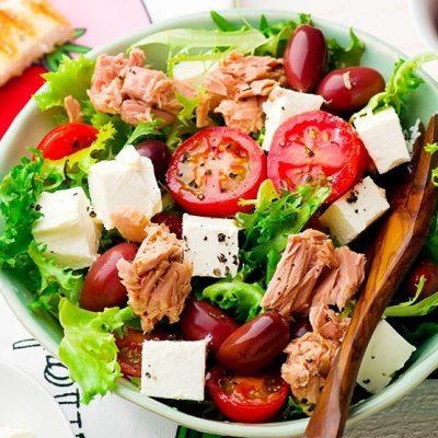 Греческий салат с тунцом и сыром - рецепт с фото