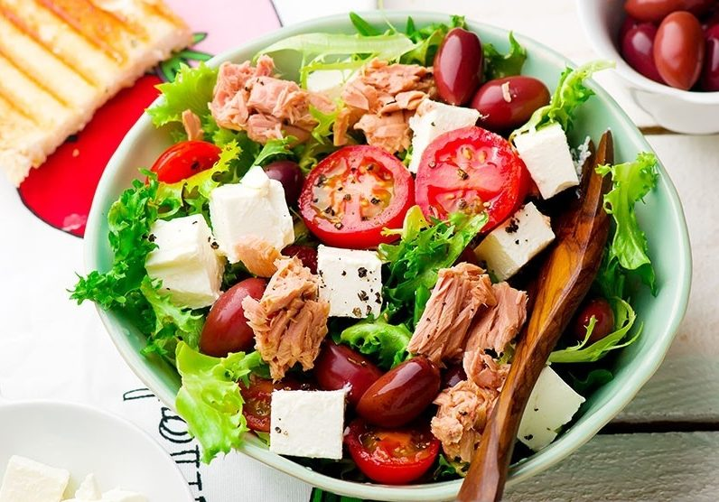Греческий салат с тунцом и сыром