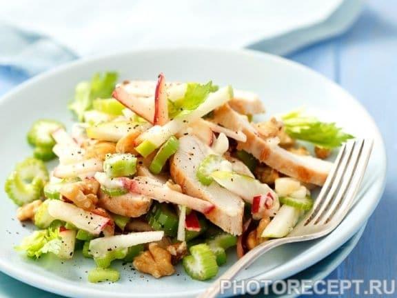 Фото рецепта - Легкий салат из куриного филе с яблоком и сельдереем - шаг 2