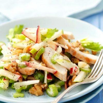 Легкий салат из куриного филе с яблоком и сельдереем - рецепт с фото