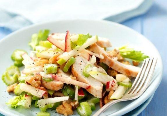 Легкий салат из куриного филе с яблоком и сельдереем