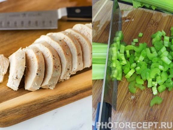 Фото рецепта - Легкий салат из куриного филе с яблоком и сельдереем - шаг 1