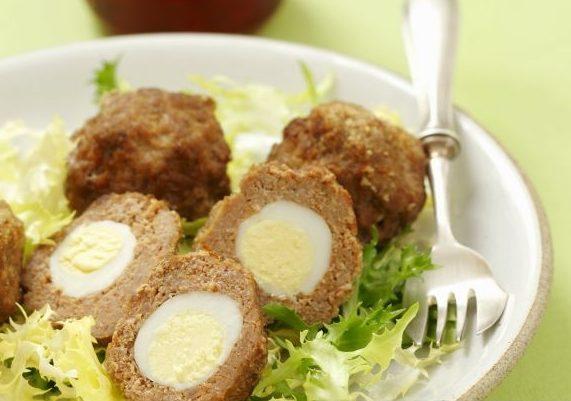 Мясные котлеты, фаршированные перепелиным яйцом