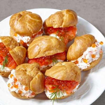 Несладкие закусочные профитроли с начинкой из сыра и форели - рецепт с фото