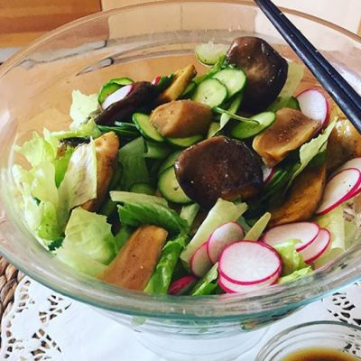 Овощной салат с жареными грибами - рецепт с фото
