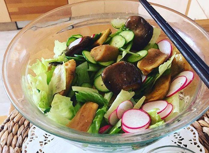 Овощной салат с жареными грибами