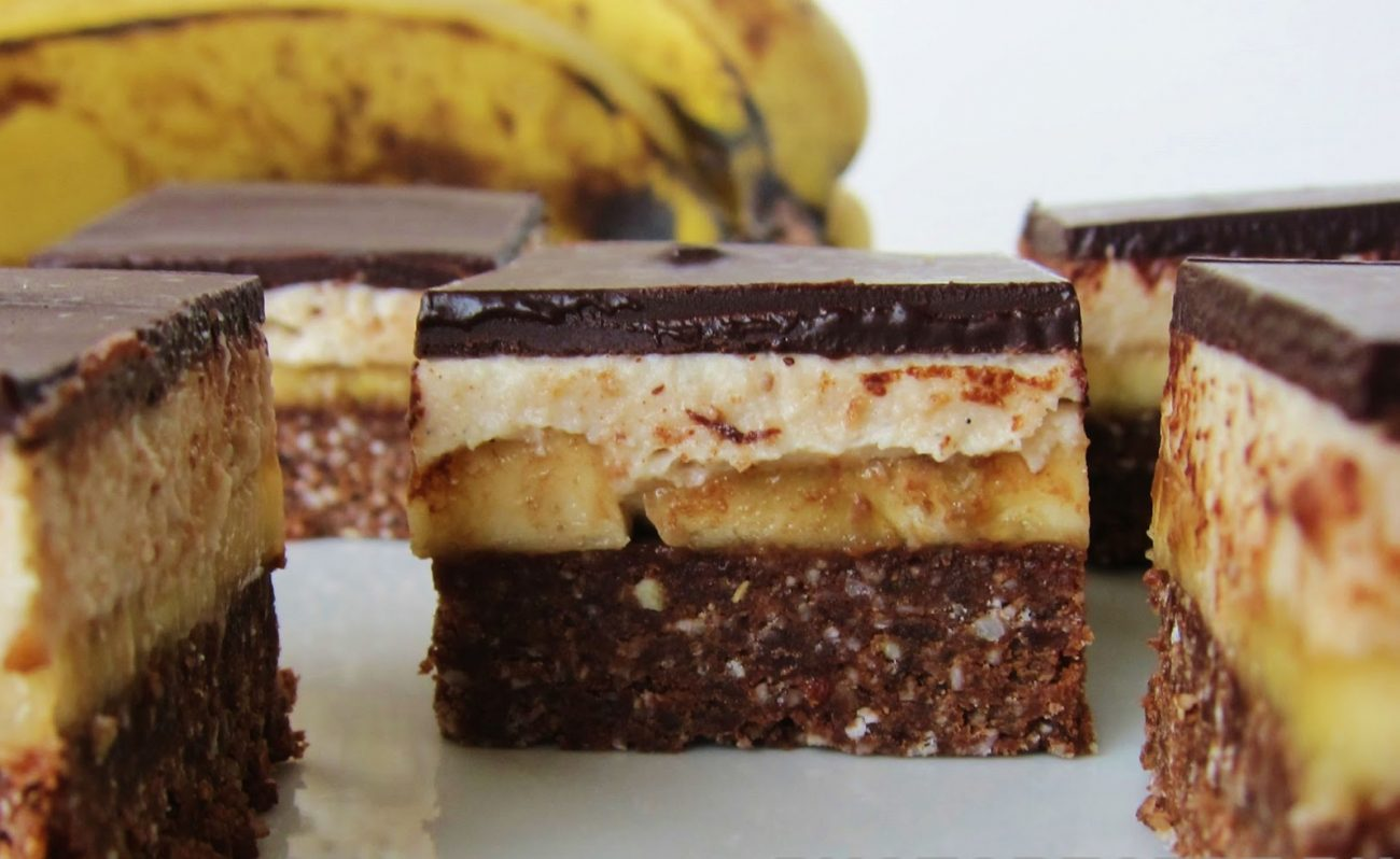 Песочные пирожные с горьким шоколадом и банановой начинкой