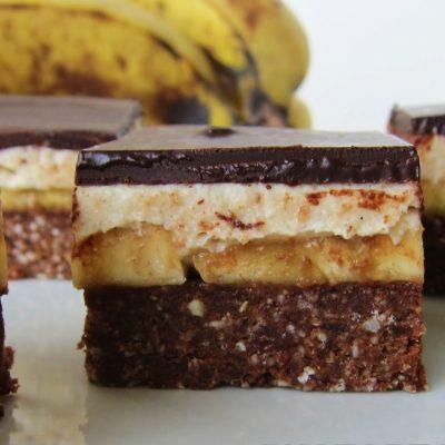 Песочные пирожные с горьким шоколадом и банановой начинкой - рецепт с фото