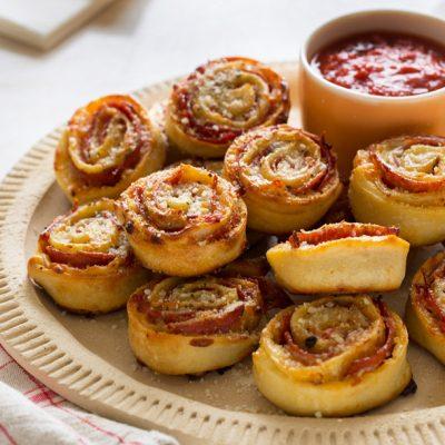 Мини Пицца-рулетики с колбасой и сыром - рецепт с фото