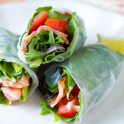 Рулетики из рисовой бумаги с овощами и беконом - рецепт с фото