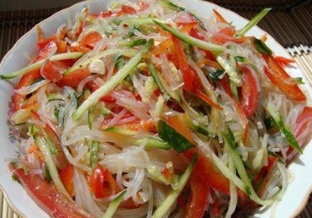 Салат из фунчозы с огурцами и перцем