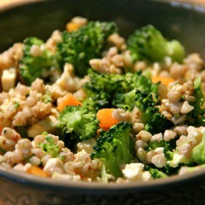 Салат-гарнир из гречневой каши с брокколи и морковью - рецепт с фото