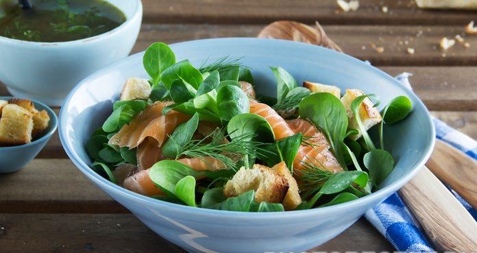 Салат из копченого лосося  с чесночными сухариками