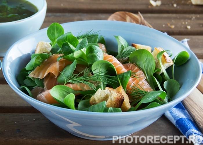 Фото рецепта - Салат из копченого лосося  с чесночными сухариками - шаг 3