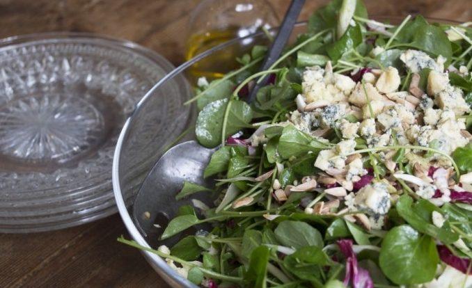 Салат с голубым сыром, фенхелем и миндальными орешками