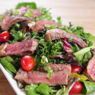 Салат зелёный с говядиной и имбирной заправкой - рецепт с фото