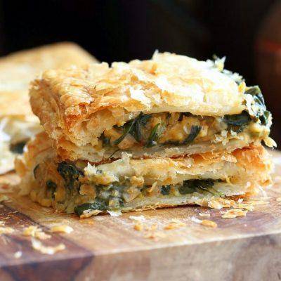 Слоеные пирожки с начинкой из шпината и гороха - рецепт с фото