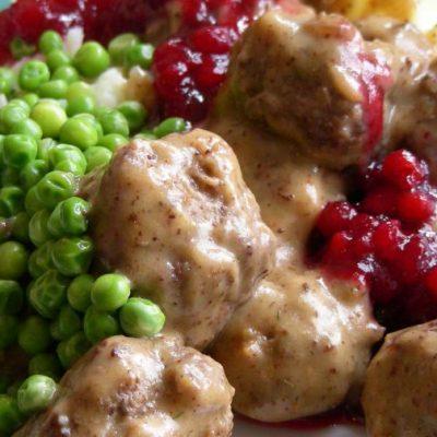 Тефтели с картофельным пюре и брусничным джемом - рецепт с фото