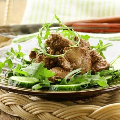 Теплый салат из куриной печени с огурцами - рецепт с фото