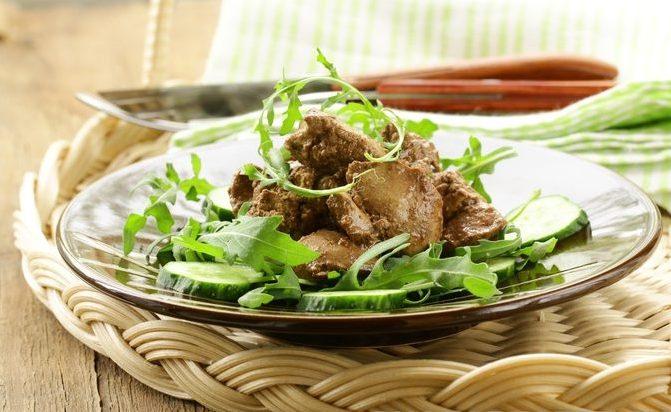 Теплый салат из куриной печени с огурцами