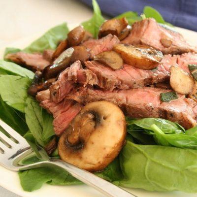 Теплый салат из шпината с мясом и шампиньонами - рецепт с фото