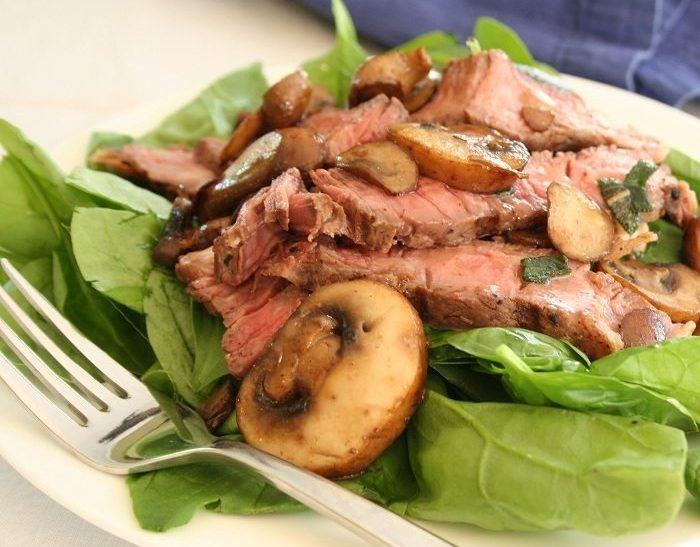 Теплый салат из шпината с мясом и шампиньонами