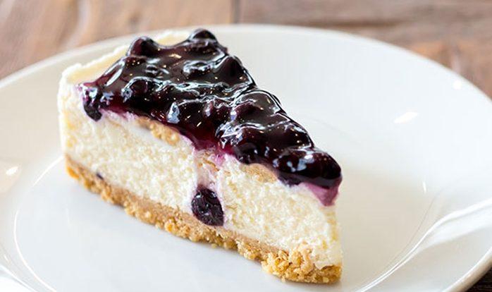 Творожный открытый пирог из сливок с ягодами