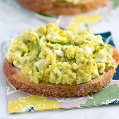 Весенний салат из яиц, авокадо и сельдерея - рецепт с фото
