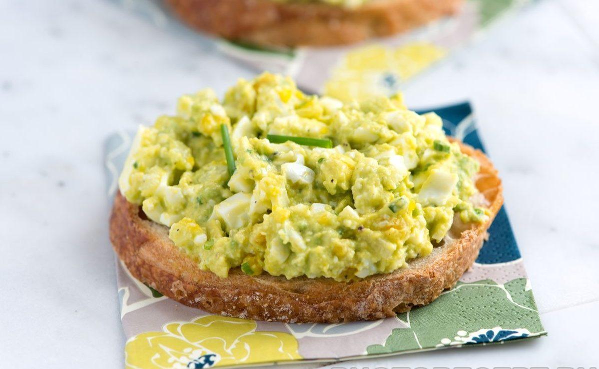 Весенний салат из яиц, авокадо и сельдерея