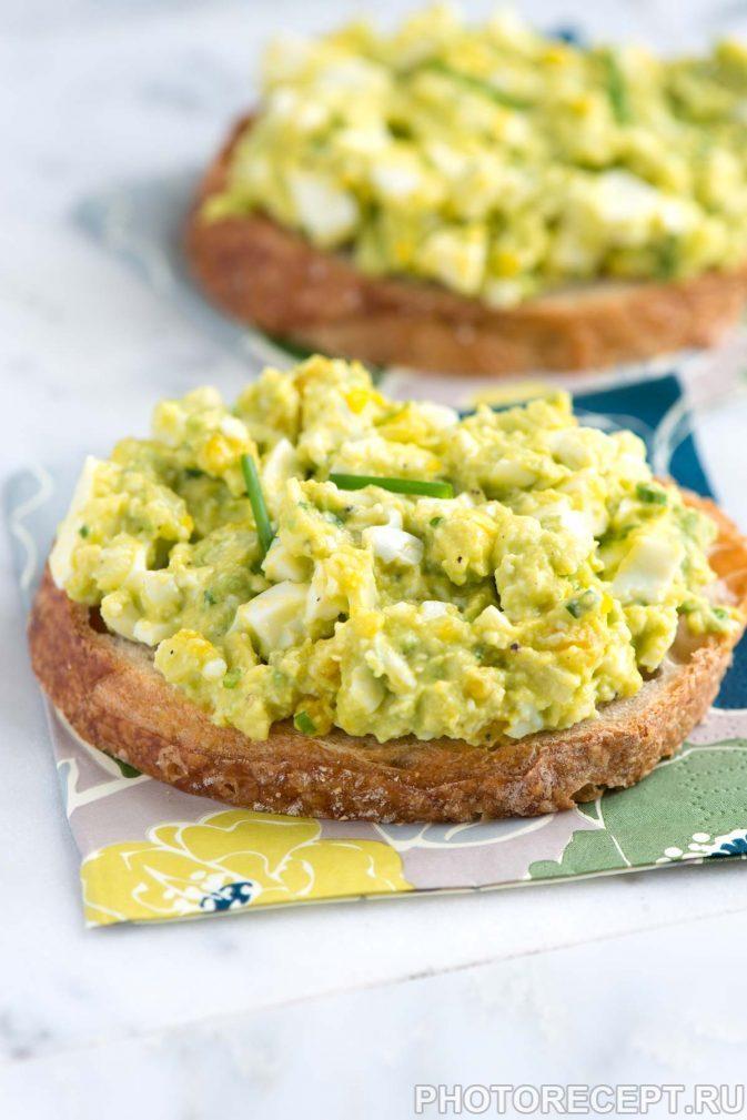 Фото рецепта - Весенний салат из яиц, авокадо и сельдерея - шаг 2