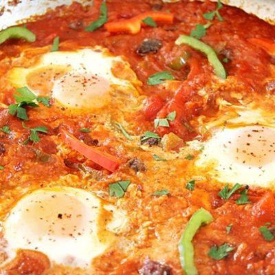 Яичница с колбасой и помидорами - рецепт с фото