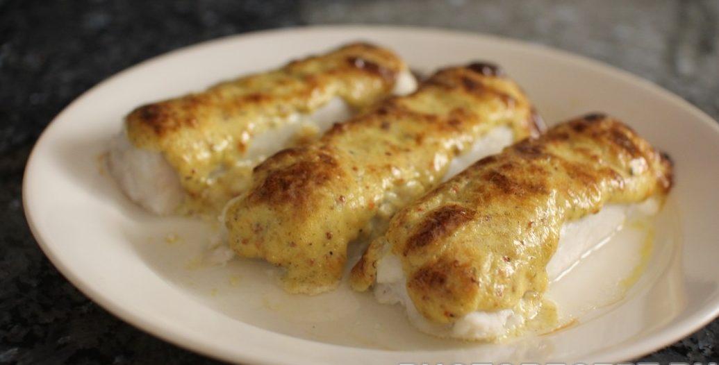 Запеченная рыба под сметаной с сыром